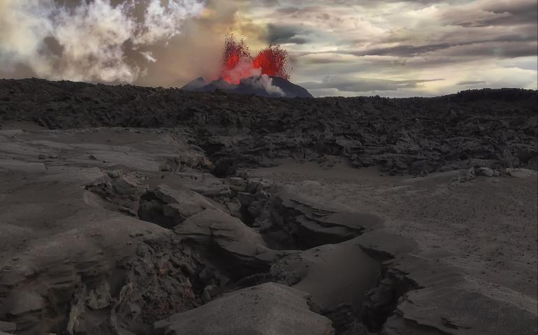An eruption launches magma in area with surface fracturing in Iceland's Bárdarbunga volcanic system on Sept. 14, 2014. A paper published in May may help anticipate similar volcanic eruptions. Photo by Jeffrey Alan Karson, Syracuse University.