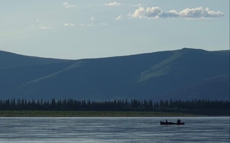 Cora the dog and Ned Rozell float down the Yukon River just upstream from Circle. Photo by Skip Ambrose.