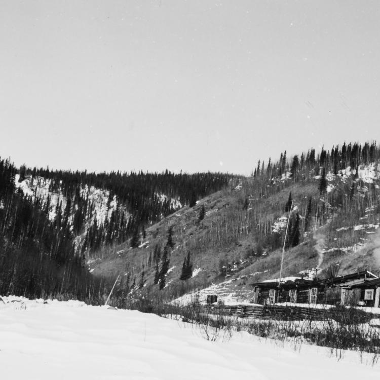 The townsite of Franklin, Alaska, on the Fortymile River, showing the roadhouse. UAF Archives, The Woodrow Johnson Collection.